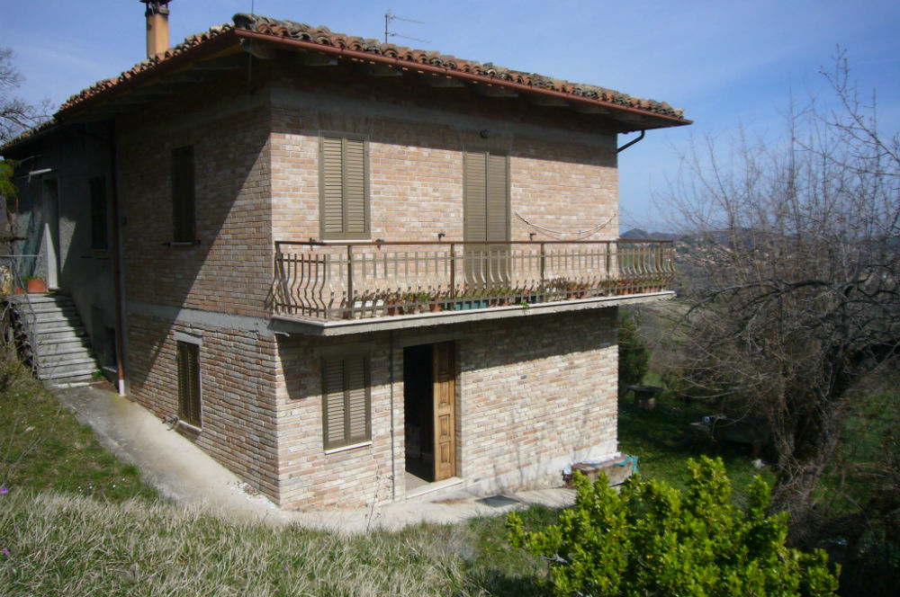 Sarnano country house sale le marche country house with for Italian country homes